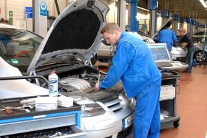 Prüfung der Bremsflüssigkeit | Foto: ProMotor/VolzFoto: ProMotor/Volz