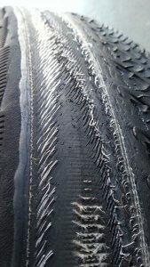 Abgefahrene Reifen mit sichtbarer Karkasse