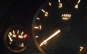 Motordrehzahl und Kühlwasser-Temperatur sollten bei der Autopflege im Winter stets im Auge behalten werden