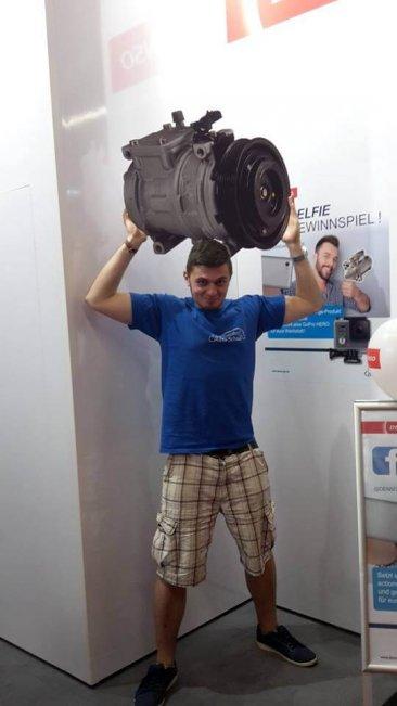 Christian mit einem Klimakompressor